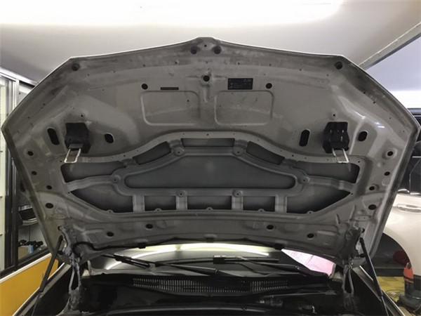17,原车引擎盖只是一层单薄的铁皮结构.jpg