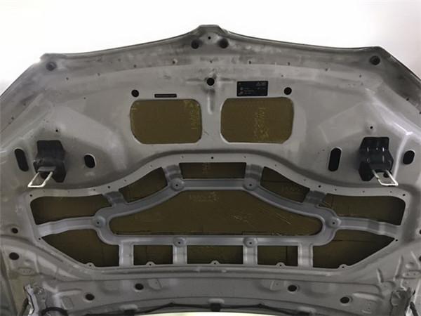 18,使用大白鲨金鲨对引擎盖做第一层的止振处理.jpg